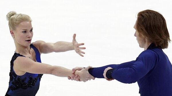 Евгения Тарасова и Владимир Морозов (Россия) выступают в короткой программе парного катания на V этапе Гран-при по фигурному катанию в Москве.