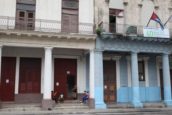 Сцена у подъезда, центральная улица Гаваны