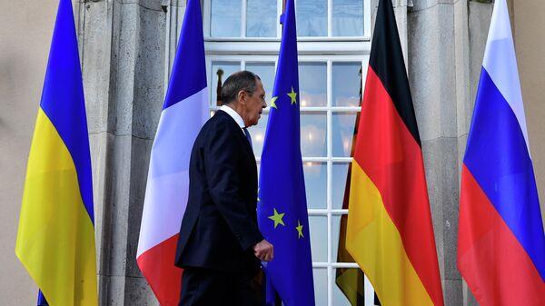 Сергей Лавров на фоне флагов стран-участниц Нормандского формата
