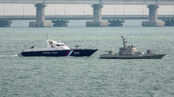 Буксировка задержанных украинских катеров и буксира из порта Керчи