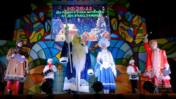 Выступление артистов на праздновании дня рождения Деда Мороза в музее-заповеднике Кузьминки-Люблино в Москве