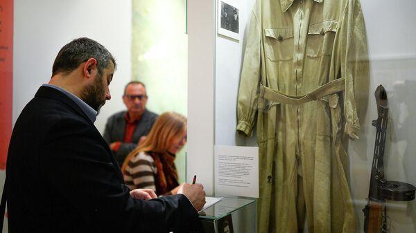 Посетители осматривают экспонаты в Государственном центральном музее современной истории России