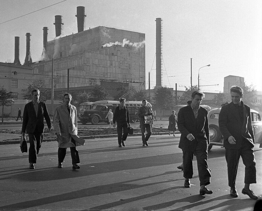 Работники ЗИЛа по дороге на завод. Архив