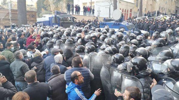 В центре Тбилиси силы спецназа начали разгон митинга. 18 ноября 2019
