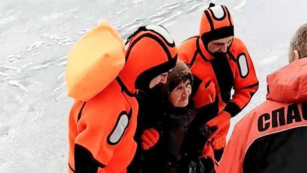 Сотрудники МЧС в Кургане спасли из полыньи 81-летнюю пенсионерку