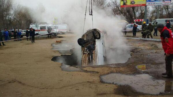 Автомобиль, стоявший на парковке, провалился под землю в Пензе