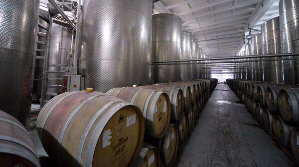 Бочки с вином Крымский мост на винном заводе Фаногория