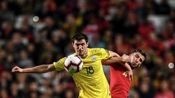 Нападающий сборной Украины Роман Яремчук (слева)