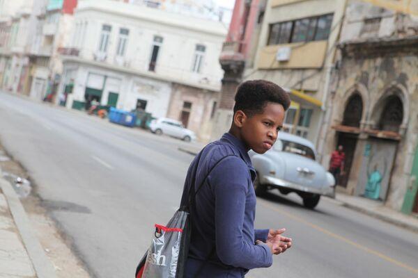 Молодой человек на улице Гаваны.