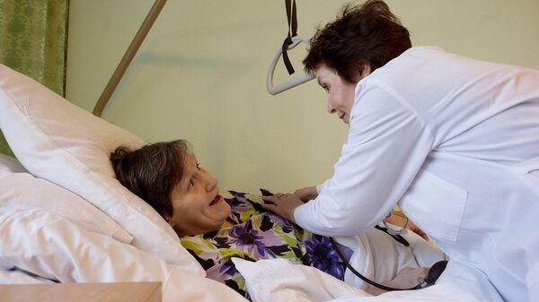 Сиделка общается с пациенткой
