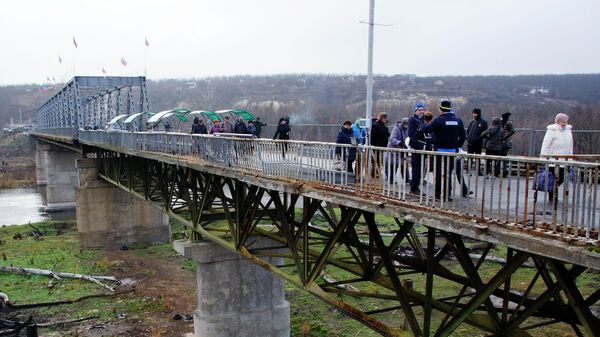 Восстановленный пешеходный мост через реку Северный Донец у КПП Станица Луганская