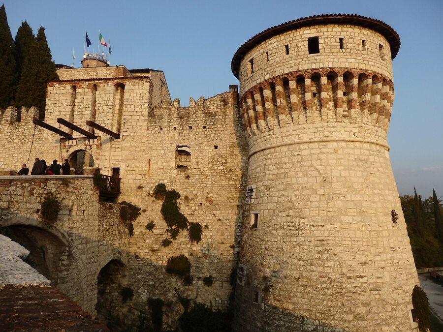 Крепость. Тюремная башня и разводной мост