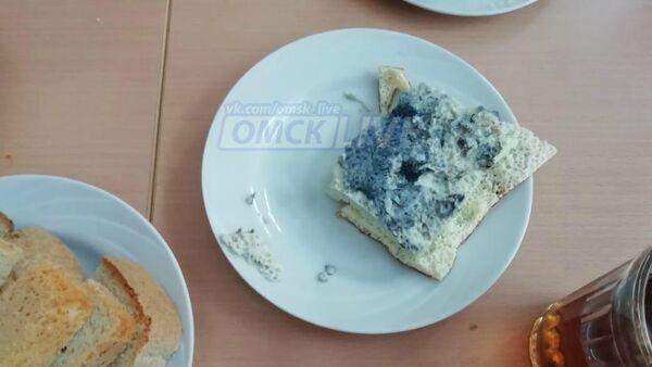 Фотография синего омлета поданного в школе №15 города Омска