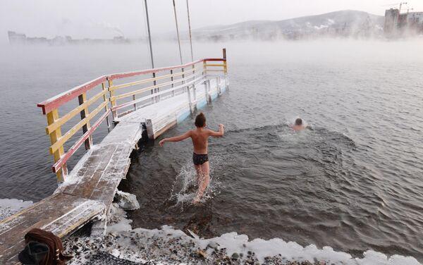 Тренировка и подготовка к зимним соревнованиям по плаванию в открытой воде членов центра холодового плавания Мегаполюс в реке Енисее при температуре воздуха ниже минус 20 градусов в Красноярске