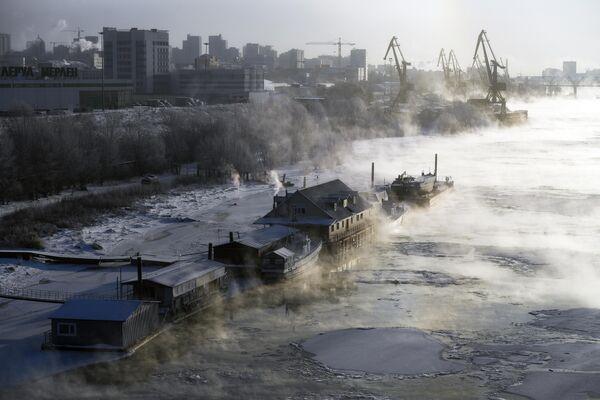 Пришвартованные баржи и кафе на реке Оби в Новосибирске