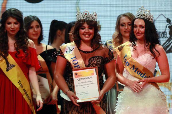 Победительница конкурса красоты Топ Модель PLUS 2019 (в центре) на церемонии награждения