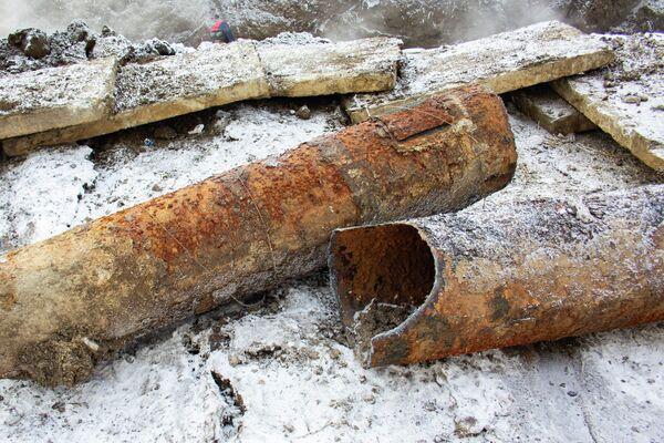 Специалисты СГК достали старую трубу, на которой случился прорыв. Её возраст — 41 год