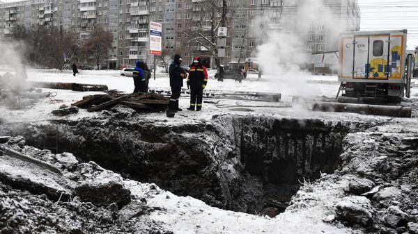 Сотрудники аварийных служб ликвидируют последствия аварии на теплотрассе в Кировском районе Новосибирска