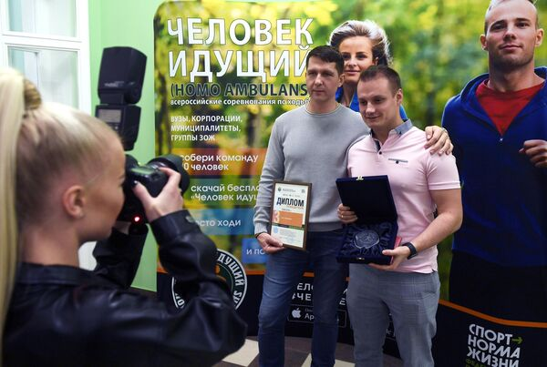 Победители Всероссийских соревнований Человек идущий фотографируются после награждения