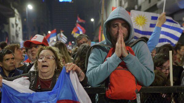 Сторонники кандидата в президенты Уругвая Даниэля Мартинеса ждут результатов после президентских выборов в Монтевидео, Уругвай. 24 ноября 2019