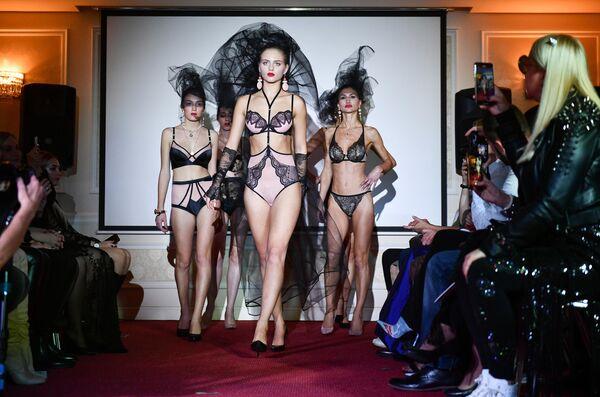 Модели демонстрируют нижнее белье из коллекции бутиков европейских дизайнеров на Крымской неделе моды в отеле Villa Elena в Ялте