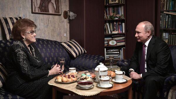 Президент РФ Владимир Путин и президент Санкт-Петербургского государственного университета Людмила Вербицкая во время встречи