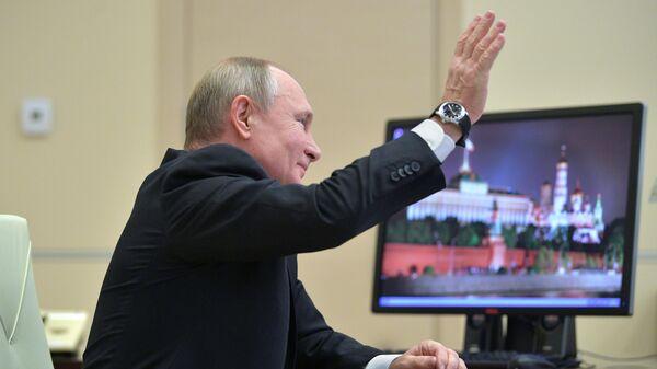 Президент РФ Владимир Путин принимает участие в режиме телемоста во Всероссийском открытом уроке Школа завтрашнего дня, который проходит в рамках Форума профессиональной навигации ПроеКториЯ