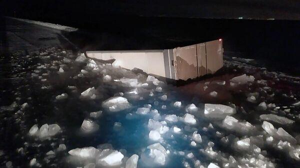 Грузовик, провалившийся под лед на ледовой переправе Хатассы - Павловск в Якутии