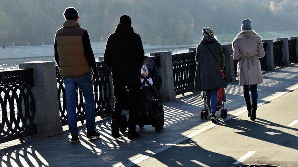 Люди гуляют по набережной