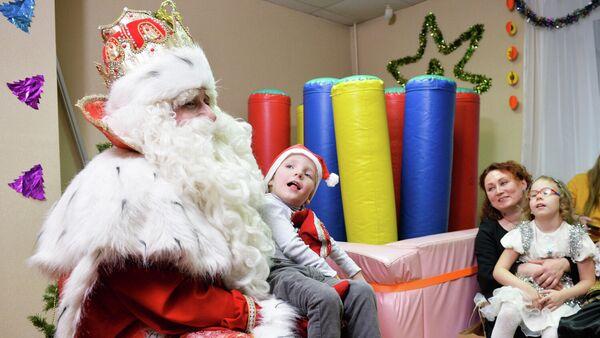 Дед Мороз во время посещения организации содействия детям с инвалидностью