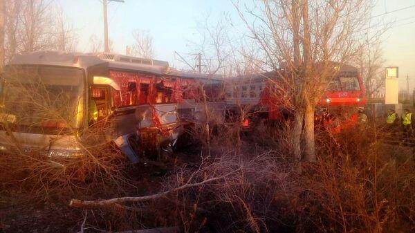 Электричка столкнулась с автобусом в Астраханской области