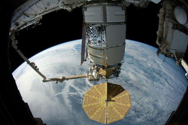 Американский космический грузовой корабль Cygnus захвачен роботизированной рукой Канадарм2