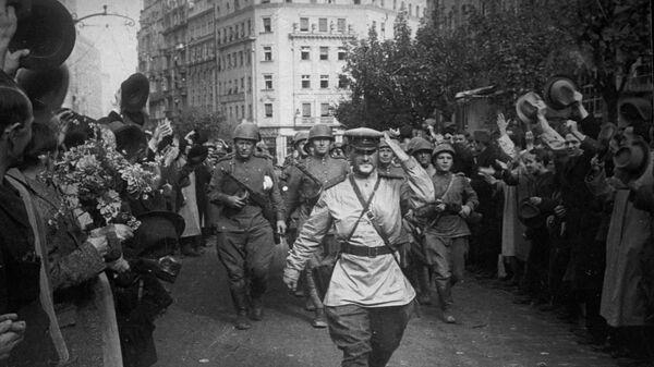Жители освобожденного Белграда приветствуют советских солдат
