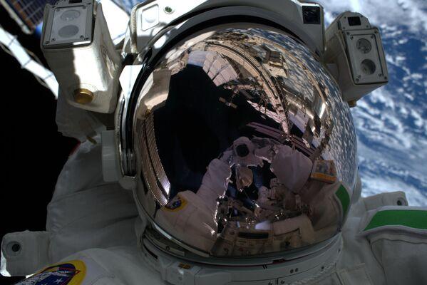Астронавт Европейского космического агентства Лука Пармитано во время выхода в открытый космос