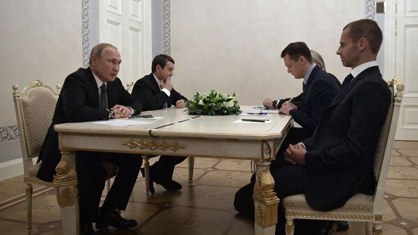 Владимир Путин во время встречи с президентом УЕФА