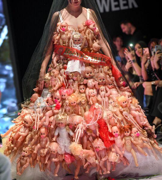 Модель дизайнера Scandar (Азербайджан) на показе юбилейного десятого сезона Недели моды Азербайджана Azerbaijan Fashion Week