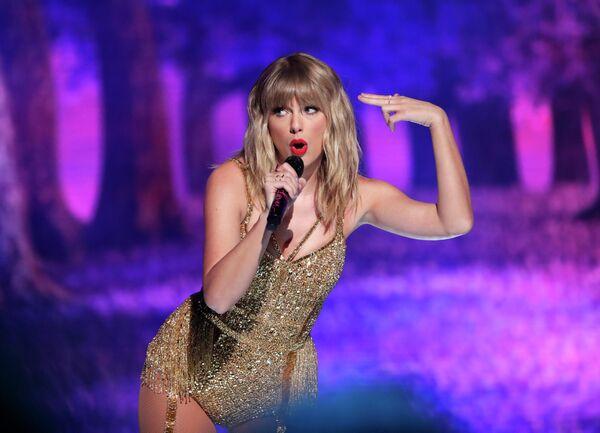 Тейлор Свифт во время выступления на церемонии вручения премии American Music Awards 2019