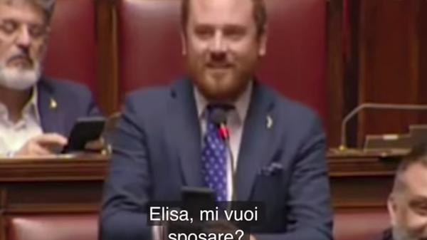 Итальянский депутат позвал подругу замуж с трибуны во время заседания