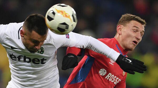 Игрок Лудогорца Драгош Григоре (слева) и игрок ЦСКА Фёдор Чалов