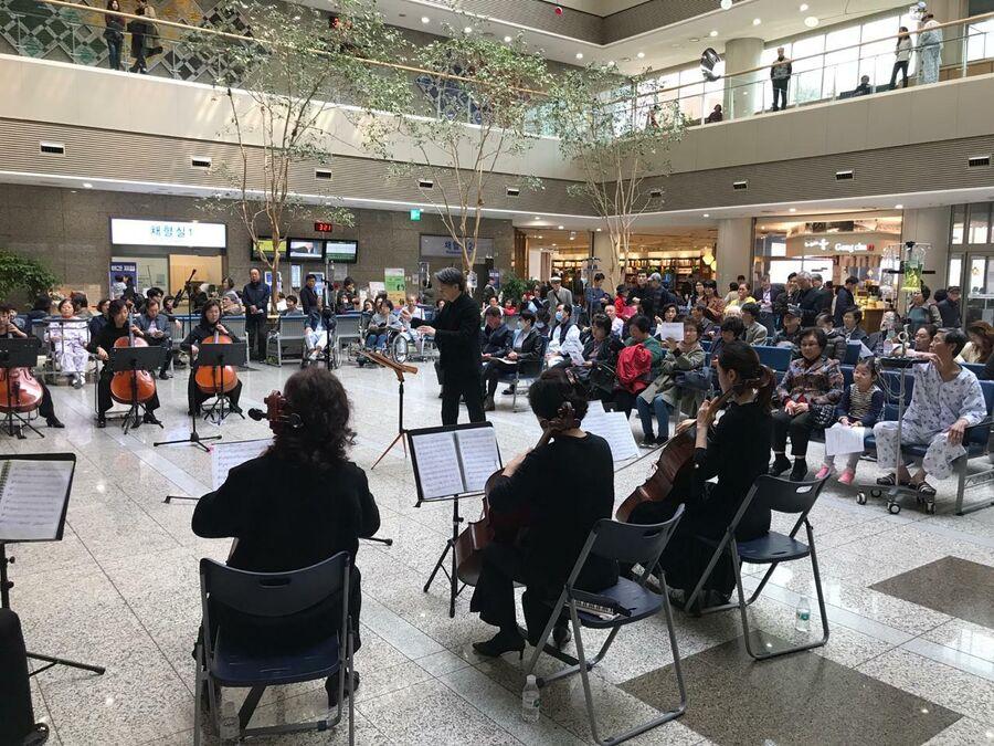 Концерт в фойе госпиталя Бундан