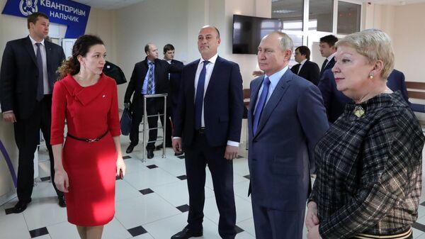 Президент РФ Владимир Путин во время посещения детской академии творчества Солнечный город в Нальчике