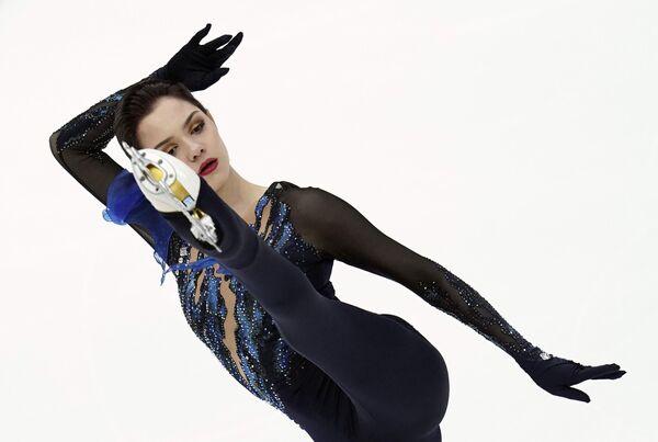 Евгения Медведева (Россия) выступает в короткой программе женского одиночного катания на V этапе Гран-при по фигурному катанию в Москве