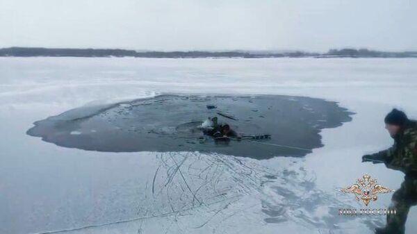 И снова хрупкий лед – трое рыбаков спасли жизнь человека