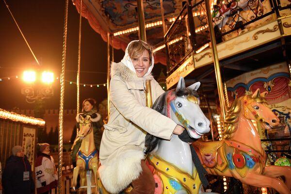 Актриса Ксения Алферова на карусели у ГУМ-Катка на Красной площади.