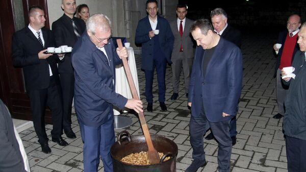 Заместитель министра иностранных дел МИД России Александр Грушко и глава МИД Сербии Ивица Дачич во время приготовления блюд сербской кухни