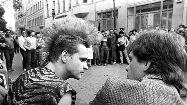 Представитель молодежной субкультуры конца 80-х годов на улице Москвы.