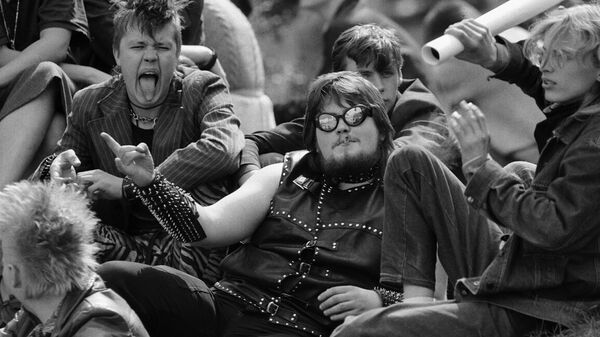 В дни Фестиваля Дни легкой музыки в Тарту. Металлисты - зрители Концерта мира на Ратушной площади в Тарту. Эстонская ССР 1987 год