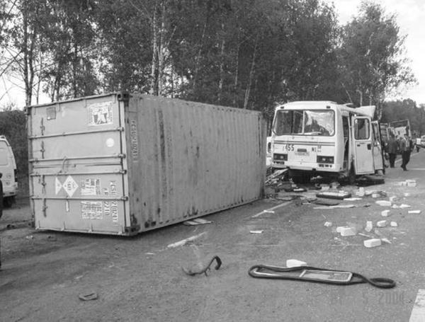 """Справа — живые, слева — мертвые: 16 лет автокатастрофе """"Знамя Труда"""""""