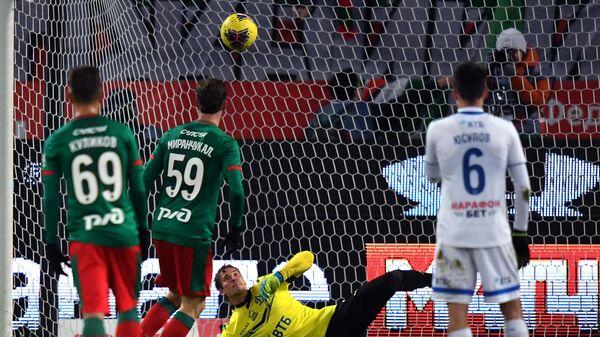 Вратарь Динамо Антон Шунин пропускает мяч после удара Алексея Миранчука