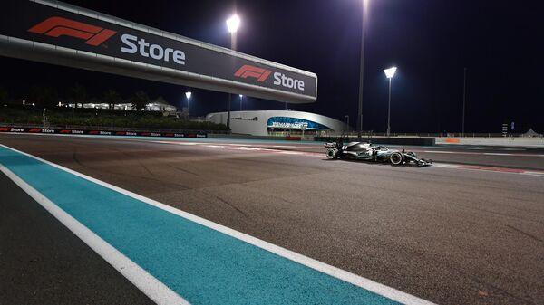 Пилот Мерседеса Льюис Хэмилтон на дистанции Гран-при Абу-Даби